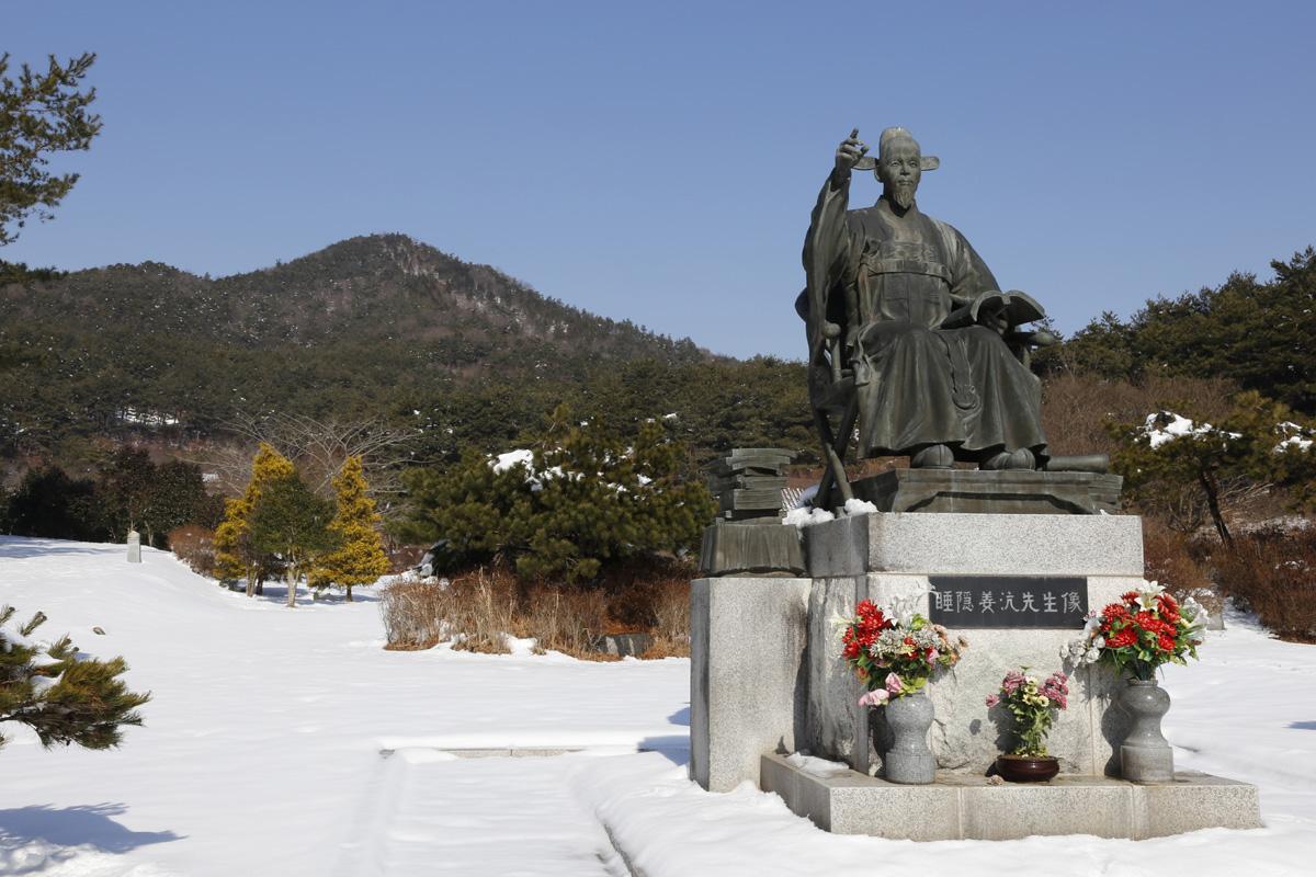영광 내산서원 입구 풍경. 수은 강항 선생의 동상이 세워져 있고, 오른편에 유물전시관, 왼편에 홍상문이 세워져 있다.