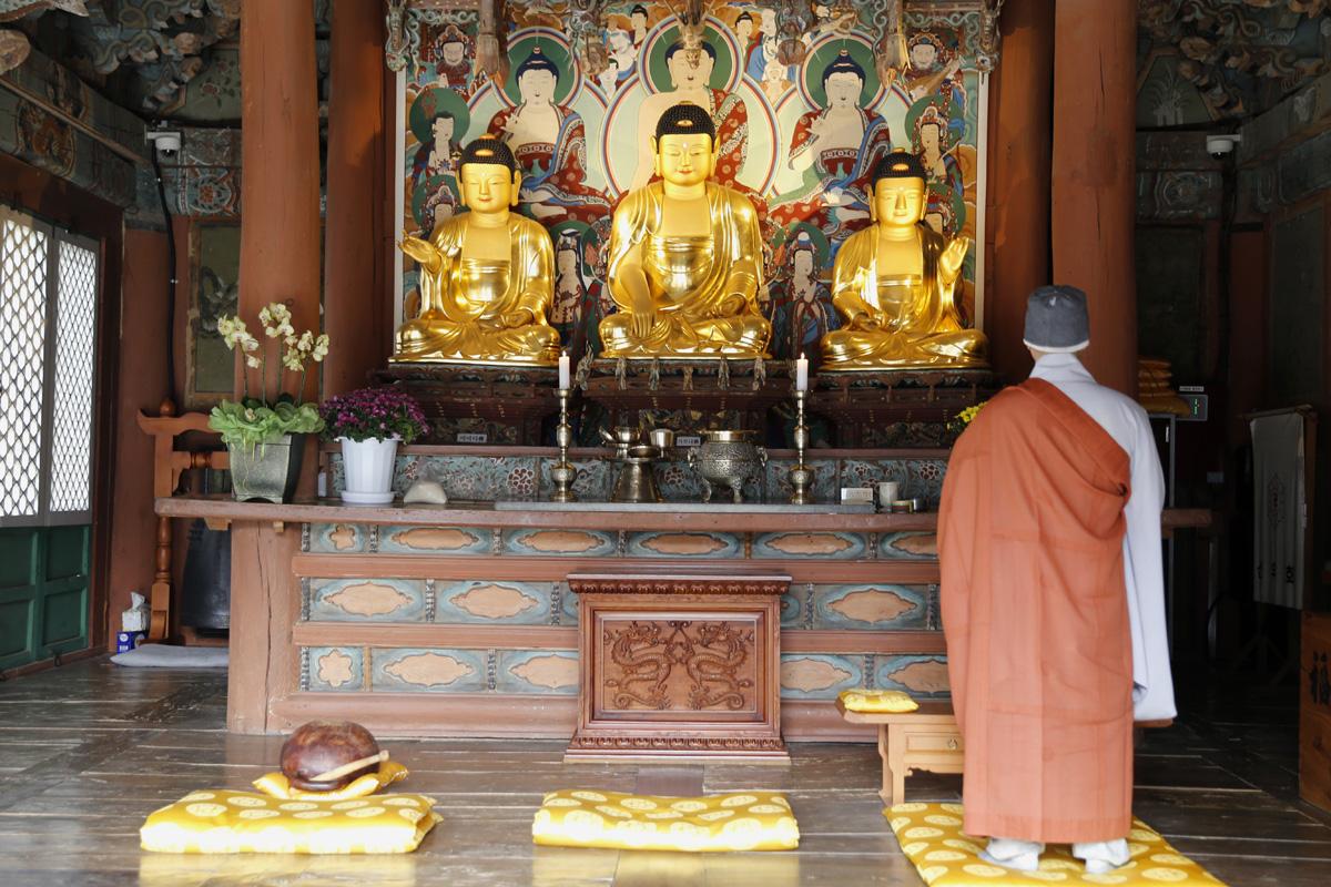 불갑사 대웅전. 부처님이 정면 아닌, 측면으로 모셔져 있다. 대웅전의 꽃살문도 아름답다.