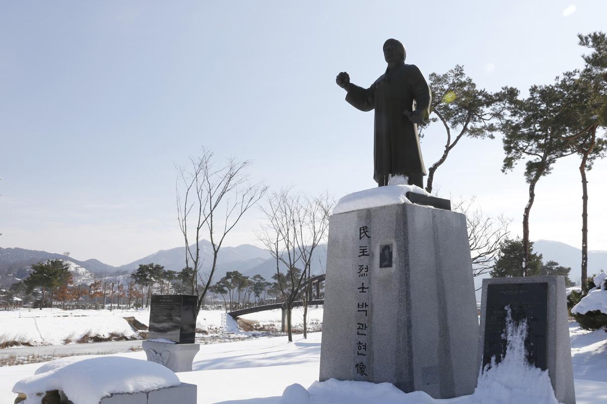 박관현 열사 동상. 박관현 열사는 1980년 5·18광주민중항쟁을 이끌었던 인물이다. 동상은 열사의 고향, 영광군 불갑면에 세워져 있다.