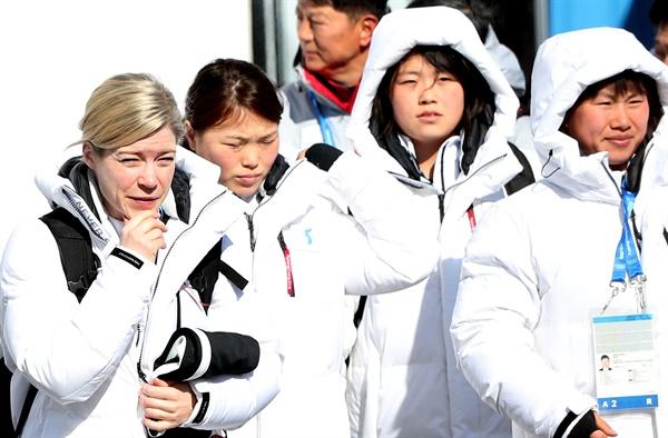훈련장 가는 남북 단일팀 2018 평창동계올림픽 여자 아이스하키 남북 단일팀이 5일 오전 훈련을 위해 강릉 선수촌을 나서고 있다.