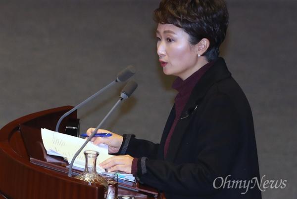 대정부질문 나선 이언주 의원 이언주 국민의당 의원이 5일 오후 서울 여의도 국회 본회의장에서 열린 정치·외교·통일·안보 분야 대정부질문에서 질의하고 있다.
