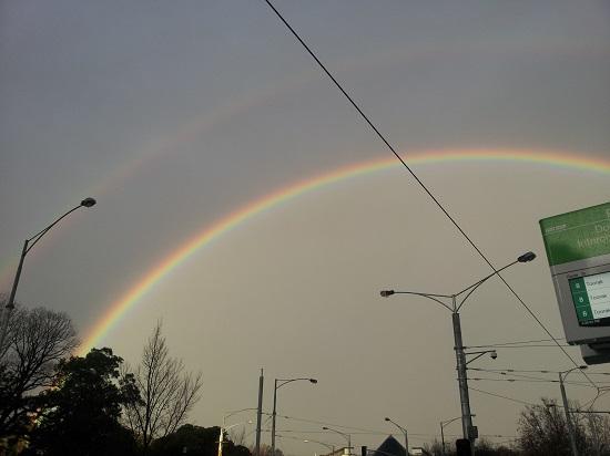 거센 빗줄기가 그친 하늘에 쌍무지개가 아름답게 떠 있다.