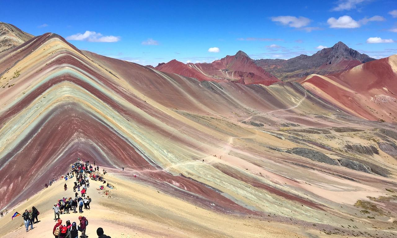 산속에 들어있는 광물들로 인해 여러 빛깔을 내는 페루의 신비한 '무지개산'.