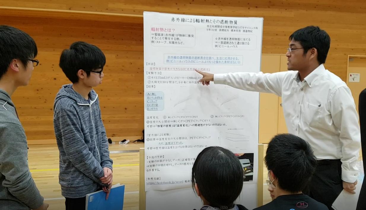 """""""이 부분에서는..."""" 지도교사가 학생들에게 소논문에 관해 도움말을 해 주고 있다."""