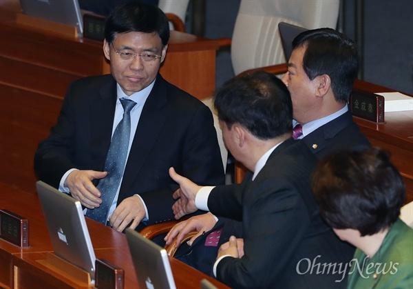 손 내미는 최교일 의원 자유한국당 최교일 의원이 6일 오후 서울 여의도 국회 본회의장에서 민경욱 의원 등 동료의원들과 인사하고 있다.