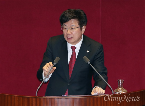 대정부질문 나선 이종구 의원 이종구 자유한국당 의원이 6일 오후 서울 여의도 국회 본회의장에서 열린 경제분야 대정부질문에 나서 질의하고 있다.