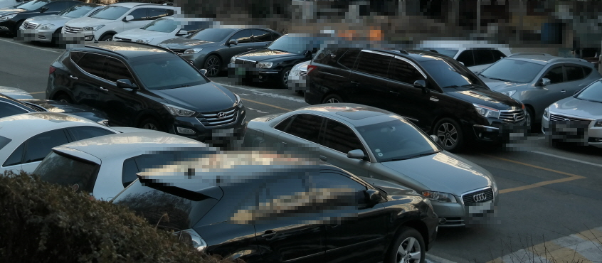 서울 압구정동 구현대아파트의 어느 주차장에 수십대의 차들이 서 있다. 차를 세울 공간이 부족해 한낮에도 이중주차한 차량이 여러 대 눈에 띄었다.