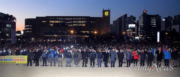 """""""중형조선소 살리기 도민 결의대회""""가 7일 저녁 창원광장에서 열렸다."""