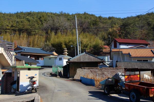 경남 진주시 수곡면 효산마을 주택 사이로 우뚝 솟은 '묘엄사지 3층 석탑'