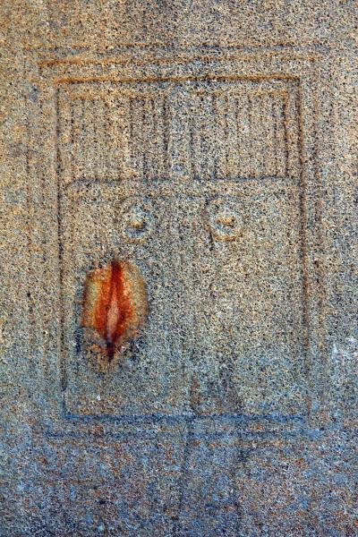 경남 진주시 수곡면 효자리에 있는 고려 시대 '묘엄사지 3층 석탑'에 새겨진 문비(門扉)