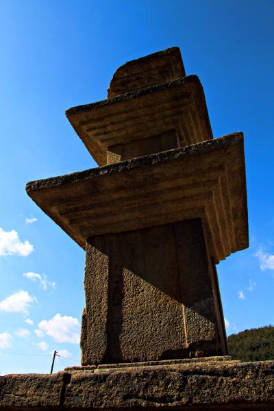 경남 진주시 수곡면 효자리에 있는 고려 시대 '묘엄사지 3층 석탑'을 아래에서 바라보면 파란 하늘을 향한 횃불을 닮았다. 추위를 몰아간다. 내 안을 뜨겁게 달군다.