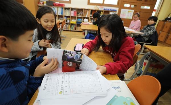 1월 24일 겨울방학을 마치고 개학 한 옥수초등학교 2학년 교실에서 학생들이 대화하고 있다.