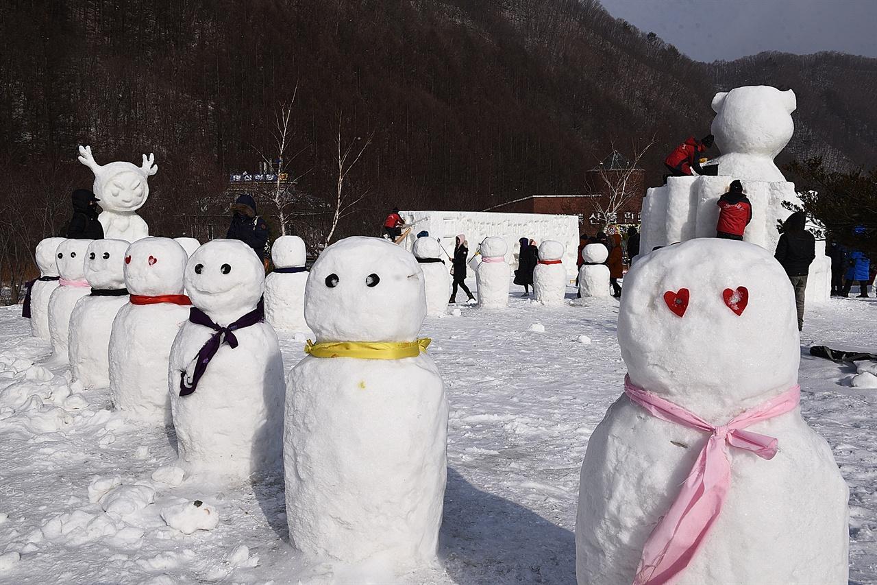 태백산 눈축제 눈조각 태백산 눈축제 기간에 만들어진 눈조각 작품들은 축제가 끝나도 한동안 그대로 전시된다