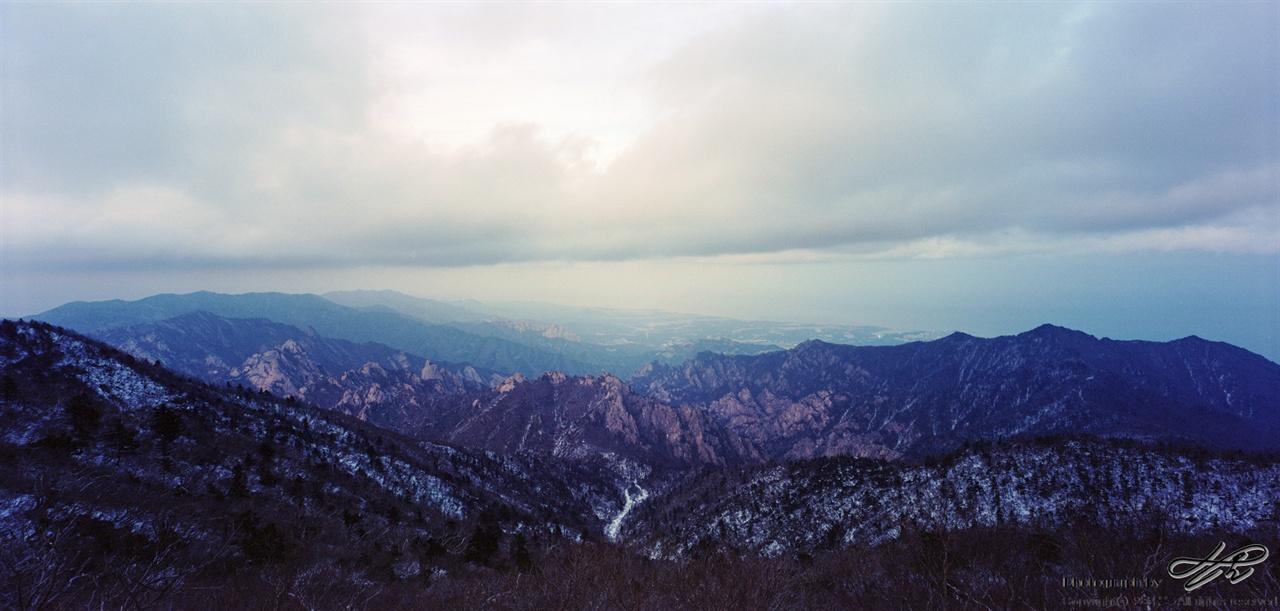 해뜨기 직전 대청봉 정상에서 바라본 설악산의 봉우리들.