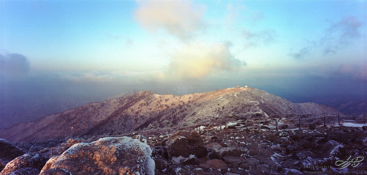 대청봉에서 바라본 중청봉 해가 어느정도 올라오니 산이 밝아졌다. 중청봉에 주황빛이 들고있다.
