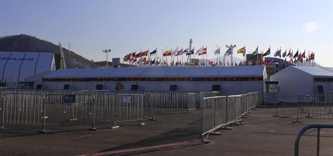 평창 올림픽 프라자에 참가국 국기가 휘날리고 있다.