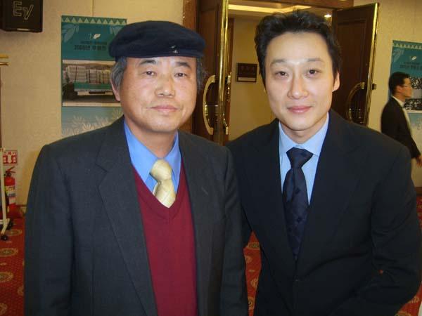 행사 사회를 본  방송인 이휘재씨와 함께 2005년 11월 28일 저녁 서울 세종호텔 세종홀에서 열린 '평화3000 후원의 밤' 행사에서 축시 <평화 3000은 오늘도 3,000리를 간다>를 낭송했다.