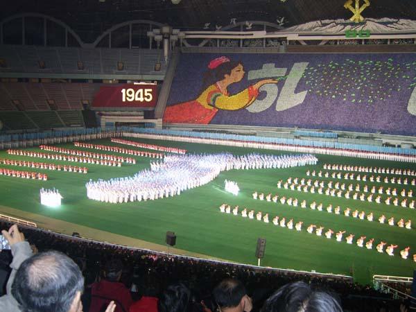 아리랑 공연  2005년 10월 13일 저녁 평양 대동강 능라도의 '5·1경기장'에서 펼쳐진 '아리랑' 공연의 한 장면