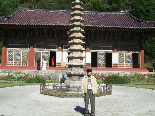 보현사 석텁 앞에서 2005년 10월 14일 묘향산 보현사의 석탑 앞에서 기도를 했다.