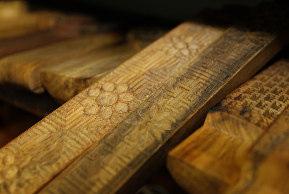 김규석 명인이 깎은 떡살. 떡살은 절편의 표면에 무늬를 찍어내는 기구다. 무심한 흰떡에 어떤 의미를 지닌 무늬를 찍어주는 역할을 한다.