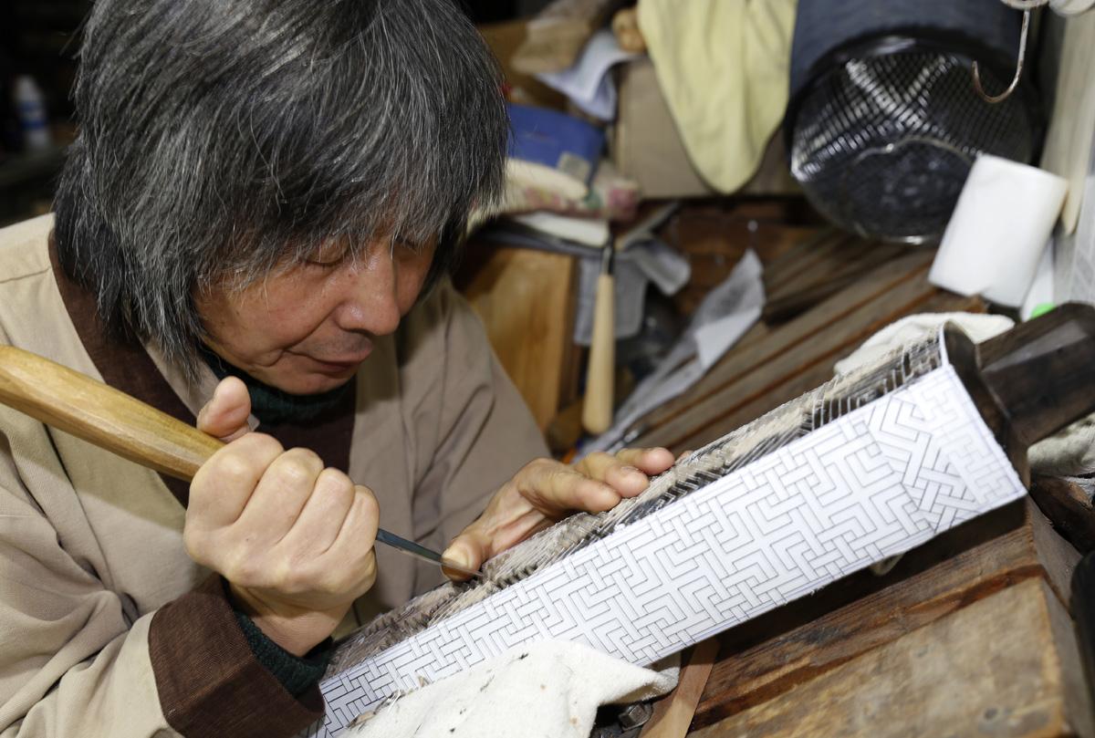 김규석 명장이 떡살 문양을 깎고 있다. 조각칼을 잡은 그의 손끝에서 작은 떨림이 느껴진다.