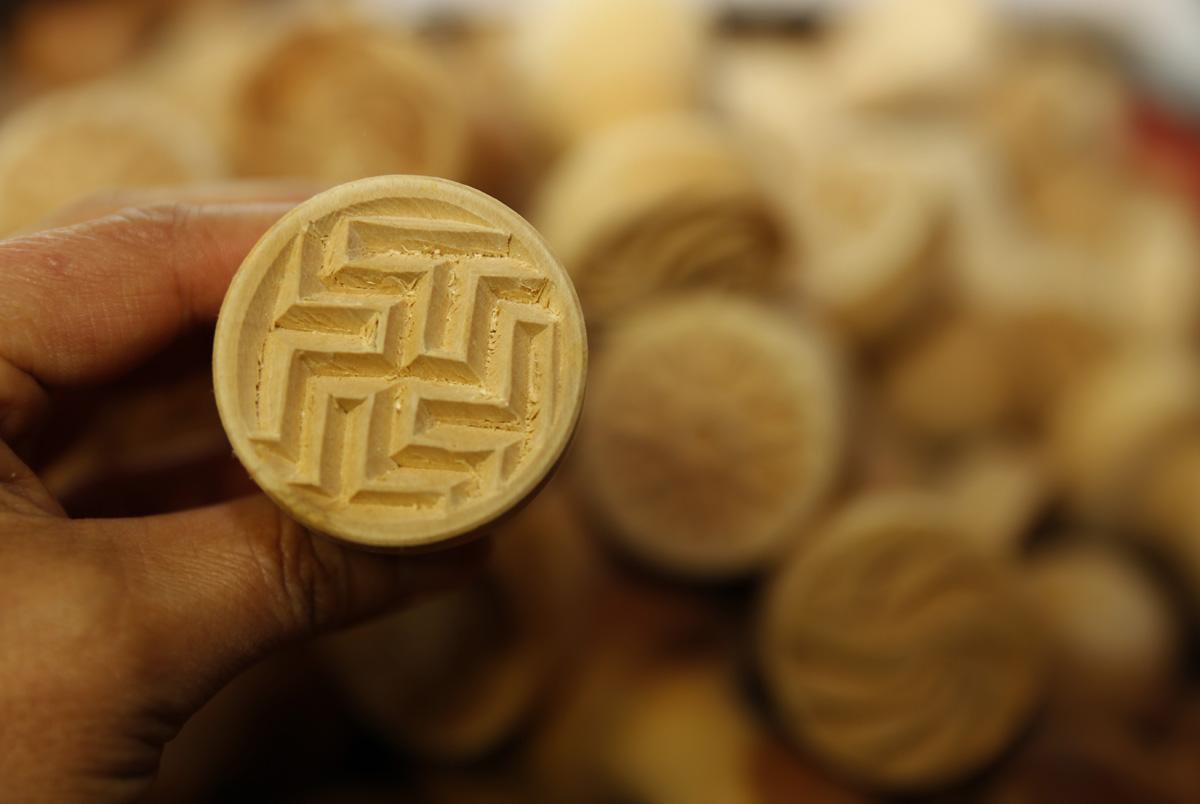 전통의 볼륨감에다 현대의 세련미까지 더한 떡살. 김규석 명장이 옛 문양을 토대로 현대의 염원을 담아 재창작해낸 작품이다.