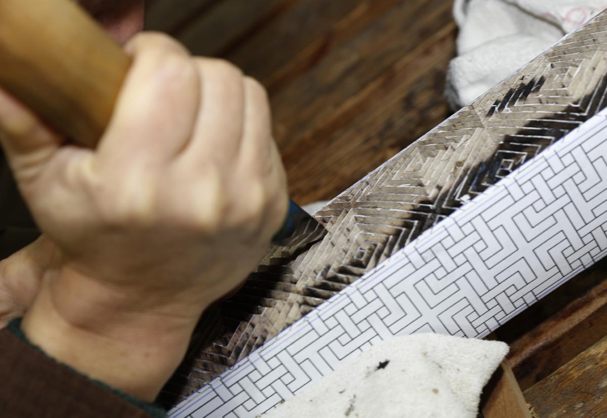 떡살을 깎는 김규석 명장의 손끝. 김 명장은 전통의 문양을 대중화시키기 위해서라도 날마다 문양에 대해 연구하고 떡살을 깎는다고.