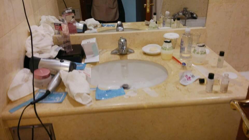 체크아웃 후 고객이 남기고 간 흔한 예 내집이 아니니 정리할 필요없는 욕실은 룸메이드의 몫이다