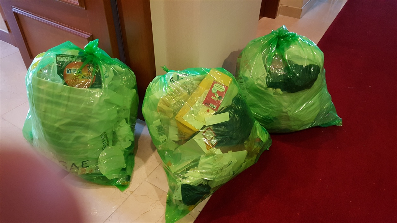 한 객실에서 나온 쓰레기들 쇼핑이 많은 중국인 관광객의 객실에선 화장품 케이스가 산을 이룬다