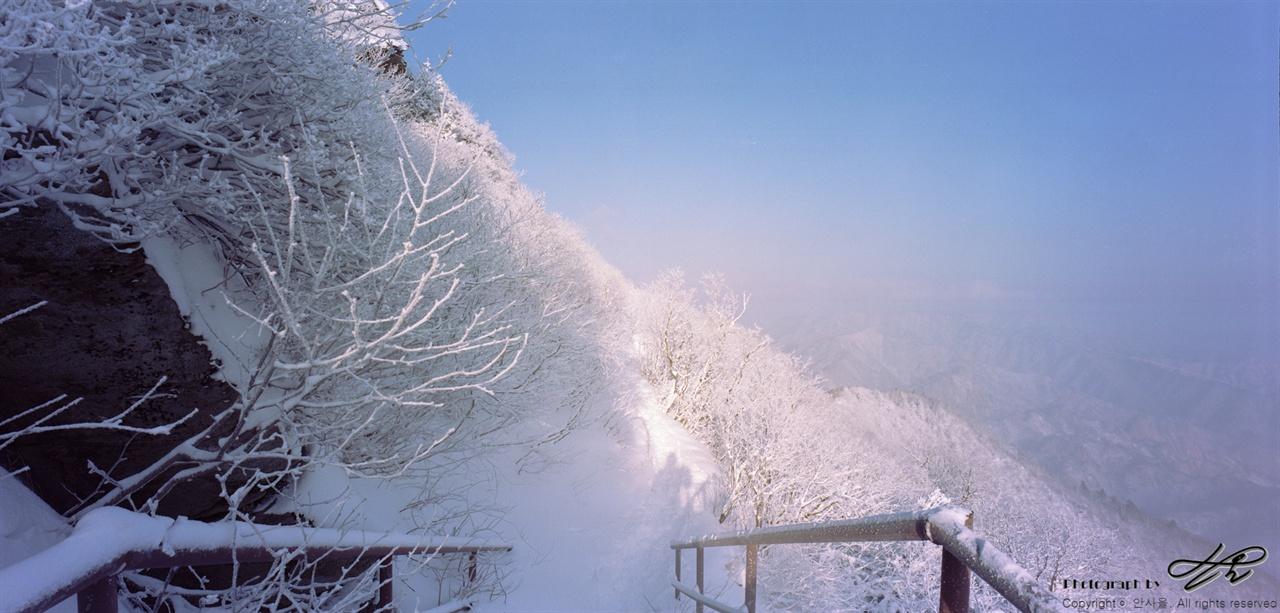 설악의 겨울 모든 것이 얼어붙은 설악의 겨울.
