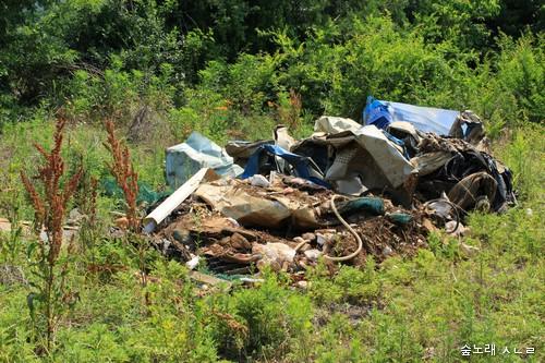 누구인가 숲 한켠에 쓰레기를 몰래 가져다 버린 모습. 알루미늄뿐 아니라 '소비제품'은 쓰고 나서 곧장 쓰레기가 되기 일쑤입니다. 이 쓰레기를 어떻게 해야 하고, 어떻게 보아야 할까요?
