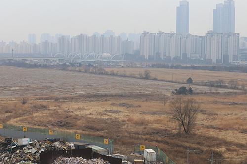 송도테마파크 부지 이중근 부영그룹 회장 구속으로 인천에 대대적인 투자를 하겠다던 약속이 물거품 위기에 놓였다. 사진은 방치된 부영 송도테마파크 부지.