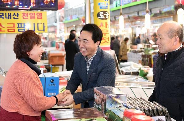 민생투어 나선 박수현 전 대변인 광천장을 찾은 박수현 전 전와대 대변인이 상인과 반갑게 인사를 나누고 있다.