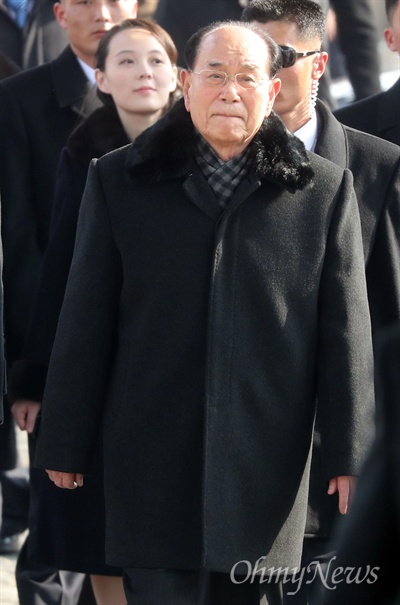 김영남 최고인민회의 상임위원장과 김여정 북한 노동당 중앙위원회 제1부부장이 9일 오후 인천국제공항을 통해 방남해 평창동계올림픽 개막식에 참석하기 위해 KTX 승차장으로 이동하고 있다.