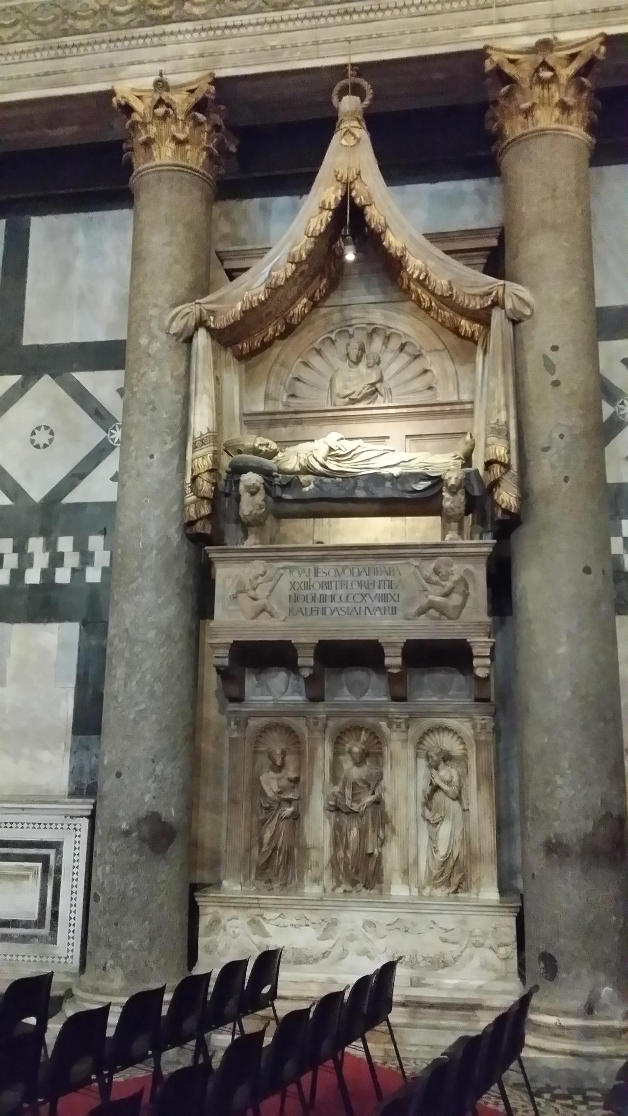 요하네스 23세의 무덤 도나텔로의 작품이다. 산 조반니 세례당