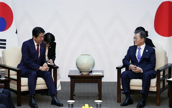 문재인 대통령이 평창올림픽 개막식이 열리는 9일 오후 강원도 용평 블리스힐스테이에서 아베 신조 일본 총리와 정상회담을 하고 있다.