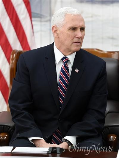 탈북자 만난 미국 부통령 마이크 펜스 미 부통령이 9일 오전 경기 평택 해군 2함대에서 탈북자와 면담하고 있다.