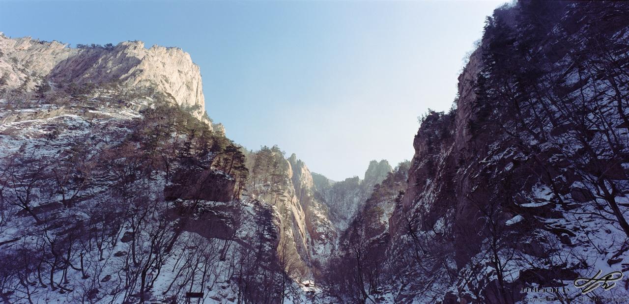 양폭대피소에서 양폭대피소 벤치에 앉으면 보이는 풍경. 바위들이 쏟아질 듯 서있다.