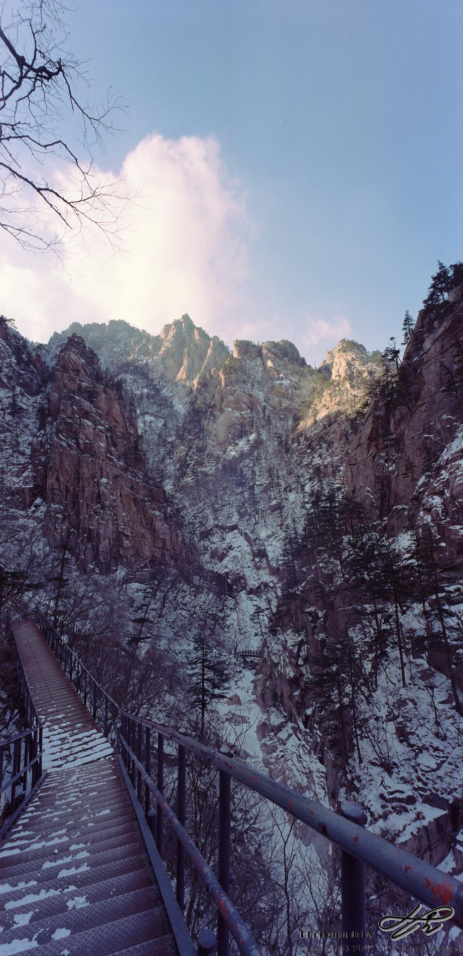 철계단 위에서 아래를 내려다보면 상당히 아찔하다. 골짜기가 깊고 바위가 높아 많은 사진을 세로로 찍어야 했다.