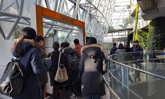 8일 오전부터 구직자들로 북적이는 서울시청 신청사 1층 로비.