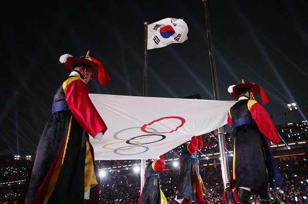 오륜기 게양 9일 오후 강원도 평창 올림픽스타디움에서 열린 2018 평창동계올림픽 개막식에서 올림픽기가 게양대로 향하고 있다.