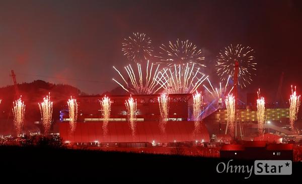 평창동계올림픽 개회 알리는 불꽃 9일 오후 강원도 평창 올림픽스타디움에서 열린 2018 평창동계올림픽 개막식에서 r화려한 불꽃이 밤하늘을 수놓고 있다.