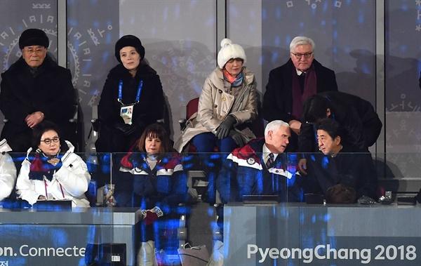 이야기 나누는 펜스-아베 9일 오후 강원도 평창 올림픽 스타디움에서 열린 2018 평창동계올림픽 개회식에서 미국 펜스 부통령과 일본 아베 총리가 대화를 나누고 있다. 북측 김영남 최고인민회의 상임위원장과 김여정 노동당 중앙위 제1부부장이 뒷 줄 왼쪽부터 앉아 있다.