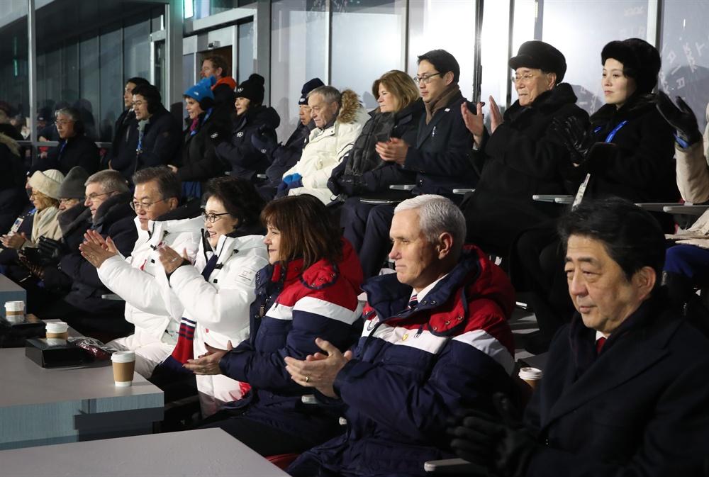 '평창 외교전' 돌입문재인 대통령(앞줄 왼쪽 두번째), 북한 김여정 노동당 중앙위 제1부부장과 김영남 최고인민회의 상임위원장(뒷줄 오른쪽에서 첫번째 두번째), 미국 마이크 펜스 부통령(앞줄 오른쪽 두번째)과 일본 아베 신조 총리(앞줄 맨 오른쪽)가 9일 오후 평창올림픽플라자에서 열린 2018 평창동계올림픽 개회식을 지켜보고 있다.