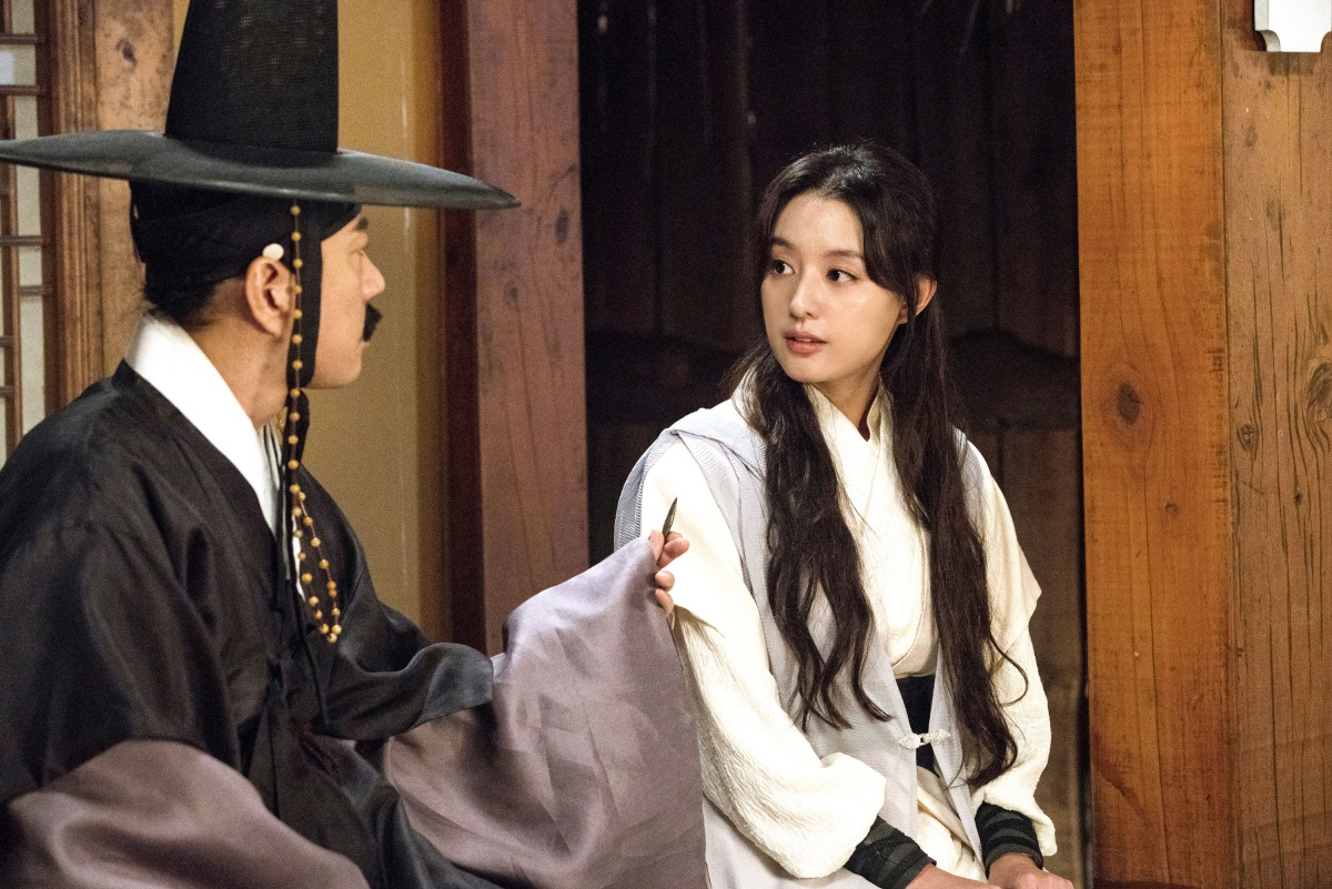 영화 <조선명탐정: 흡혈괴마의 비밀>의 스틸컷. 비밀을 간직한 여인 월영 역을 맡은 김지원은 기존의 김명민, 오달수와 좋은 호흡을 보여 준다.