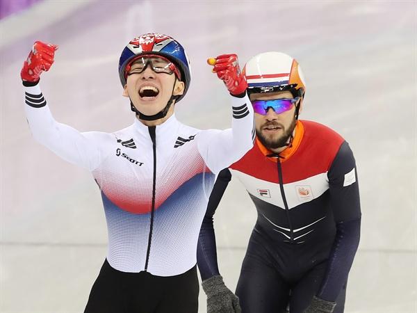 임효준 금메달! 한국 쇼트트랙 대표팀의 임효준이 10일 강릉 아이스아레나에서 열린 2018 평창동계올림픽 쇼트트랙 남자 1,500m 결승에서 금메달을 획득하며 환호하고 있다.