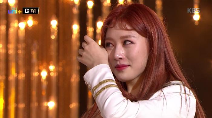 지난 10일 방영된 KBS < 더 유닛 > 최종 생방송 무대에서 1위로 선정된 의진(소나무)이 눈물을 흘리고 있다. (방송 화면 캡쳐)