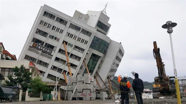 대만 지진 현장 대만 동부 화롄(花蓮)을 강타한 지진으로 기울어진 주상복합 건물 윈먼추이디(雲門翠堤) 빌딩에서 실종자 수색 작업이 진행 중이다.  건물 기울기가 갈수록 심해지는데다 여진까지 계속 이어지면서 수색구조 작업이 어려워지고 있다.