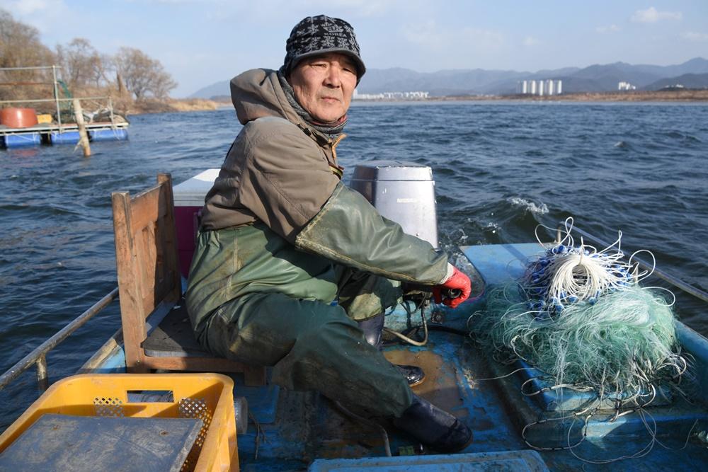 낙동강 어부 전상기씨는 매일 조업에 나선다. 한달 벌이 20만 원. 그렇지만 안 나갈 수가 없다. 그의 일이기 때문이다.