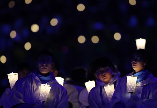 평창올림픽에 등장한 '촛불' 지난 9일 오후 강원도 평창 올림픽스타디움에서 열린 2018 평창동계올림픽 개막식에서 촛불로 완성한 '평화의 비둘기'가 펼쳐져 장관을 이루고 있다.